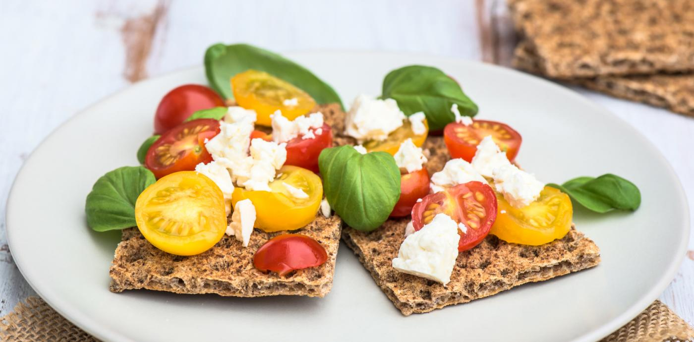 rye crackers with tomatoes and feta