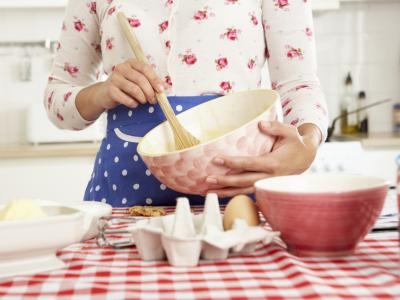 Womanbaking Fotolia 84454671.jpg