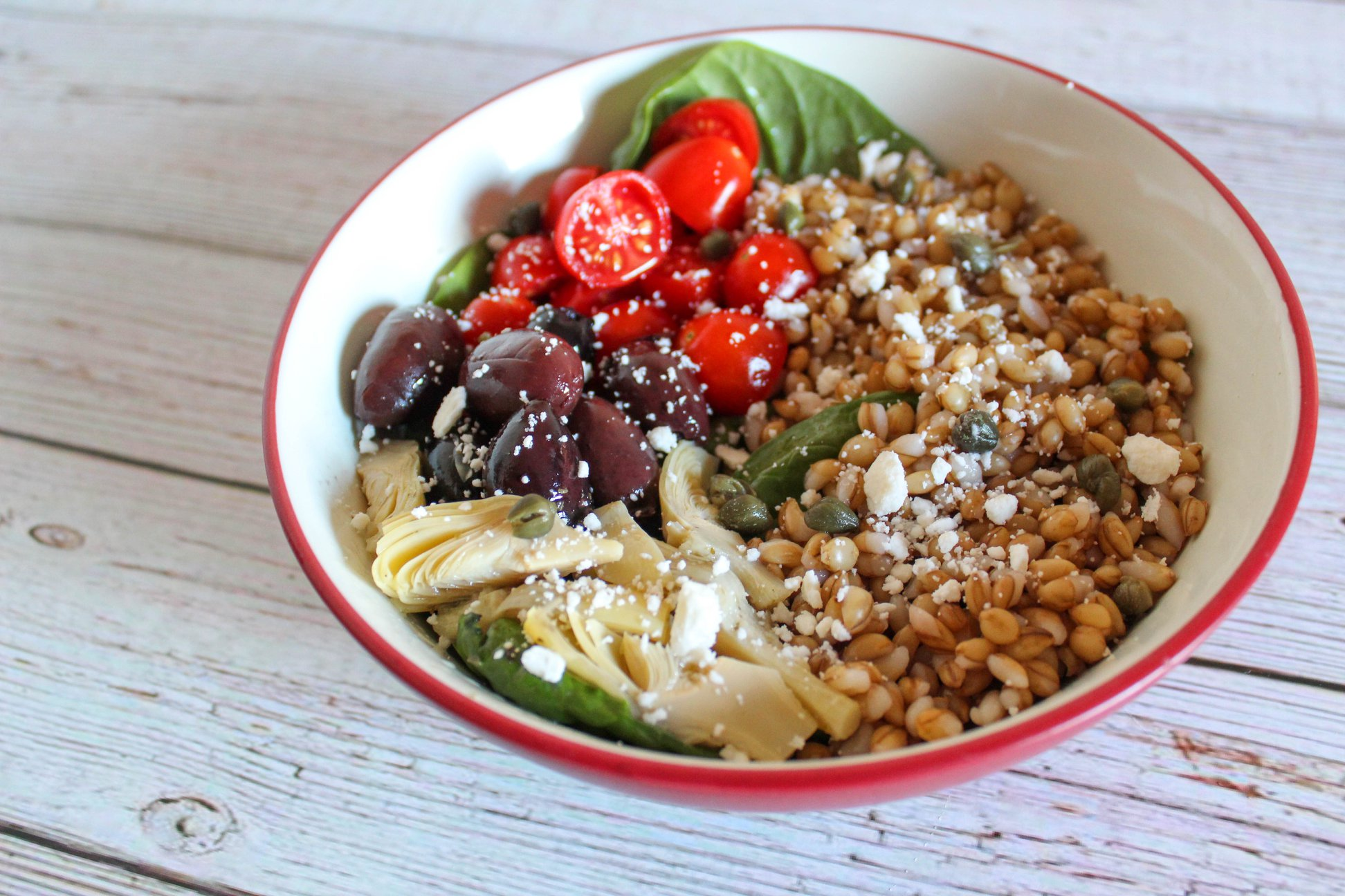 Barley salad with tomatoes, olives and artichokes